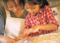 料理する母親と女の子