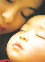 眠る母親と子供アップ