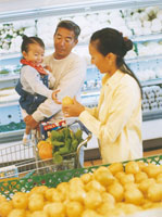 スーパーマーケットで買い物をする家族