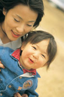 母親と女の子アップ 07092001319| 写真素材・ストックフォト・画像・イラスト素材|アマナイメージズ