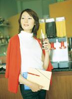 カフェでファイルを持つ女性