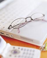 ノートパソコンとメガネ