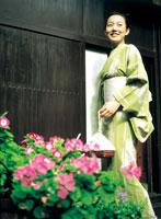軒先に立つ浴衣の女性