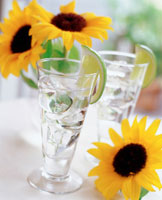 ヒマワリと水の入ったグラス