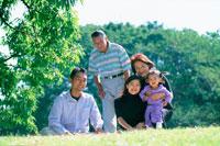 公園の家族5人