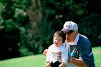 公園で遊ぶ子供とおじいさん