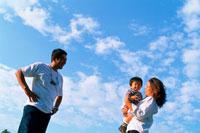 空と子供を抱く両親