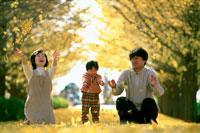 秋の公園の家族3人
