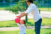 赤いボールで遊ぶ女の子と母親 07092002251| 写真素材・ストックフォト・画像・イラスト素材|アマナイメージズ