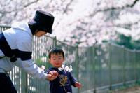 花を持つ男の子と母親 07092002252| 写真素材・ストックフォト・画像・イラスト素材|アマナイメージズ