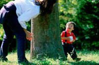 公園で遊ぶ男の子と母親 07092002253| 写真素材・ストックフォト・画像・イラスト素材|アマナイメージズ