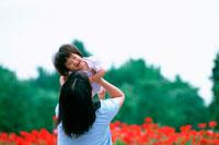 子供を抱く母親 07092002255| 写真素材・ストックフォト・画像・イラスト素材|アマナイメージズ