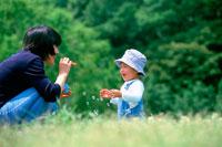 公園でシャボン玉をする母親と子供 07092002256| 写真素材・ストックフォト・画像・イラスト素材|アマナイメージズ
