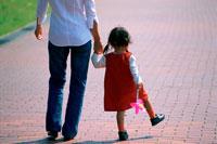 手を繋ぐ女の子と母親後姿 07092002260| 写真素材・ストックフォト・画像・イラスト素材|アマナイメージズ