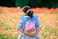 女の子をおんぶする母親 07092002263| 写真素材・ストックフォト・画像・イラスト素材|アマナイメージズ