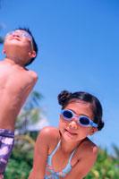 青空と水着の子供