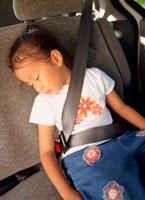 車の中で眠る女の子