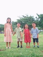 公園で手を繋ぐ子供4人