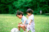公園で遊ぶ子供2人