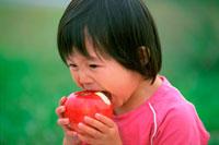 リンゴをかじる子供