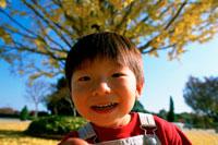 紅葉の公園の子供アップ