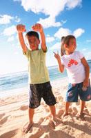 砂浜の男の子と女の子