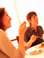 レストランで食事するカップル