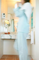 歯磨きする女性