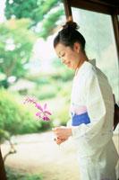 花を持つ浴衣の女性