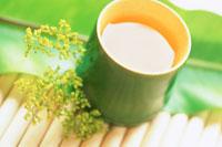 竹の器にお茶