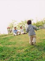 公園の家族3人