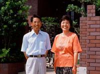 家の前の夫婦