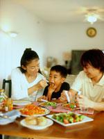 食事する家族3人