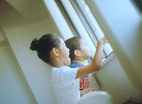 外を眺める子供2人横顔