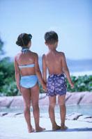 水着を着た子供2人後姿