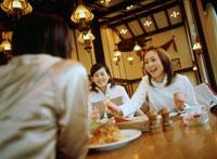 レストランで食事する女性