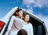 車に乗る女性2人