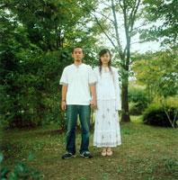 公園で手を繋ぐカップル