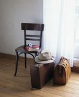 旅行イメージ 椅子の横の鞄2つと帽子 07099000125| 写真素材・ストックフォト・画像・イラスト素材|アマナイメージズ