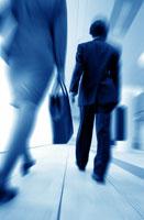 歩く日本人のビジネス男女 後姿 07105000434| 写真素材・ストックフォト・画像・イラスト素材|アマナイメージズ