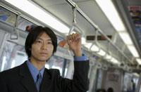 つり革につかまる日本人ビジネスマン