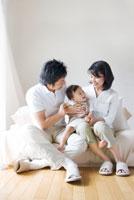 ソファで団欒する家族 07123000113| 写真素材・ストックフォト・画像・イラスト素材|アマナイメージズ