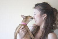 日本人女性と猫