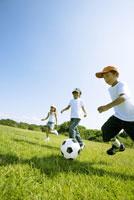 サッカーボールで遊ぶ子供たち