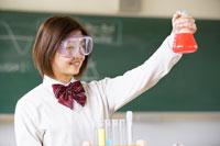 ゴーグルをしてフラスコを持つ女子学生 07135000728| 写真素材・ストックフォト・画像・イラスト素材|アマナイメージズ
