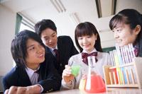 実験を観察する学生達