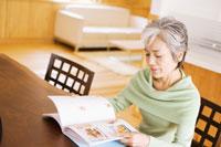本を見ているシニア女性 07135000886| 写真素材・ストックフォト・画像・イラスト素材|アマナイメージズ