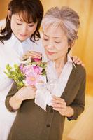 花束を持った母と娘