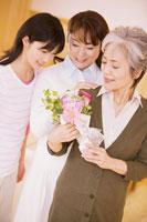 花束を持った母と娘と孫