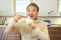 ご飯を食べるミドル男性 07135001043| 写真素材・ストックフォト・画像・イラスト素材|アマナイメージズ